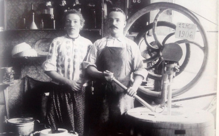 A gelatiere at the turn of the century posing with his gelato maker